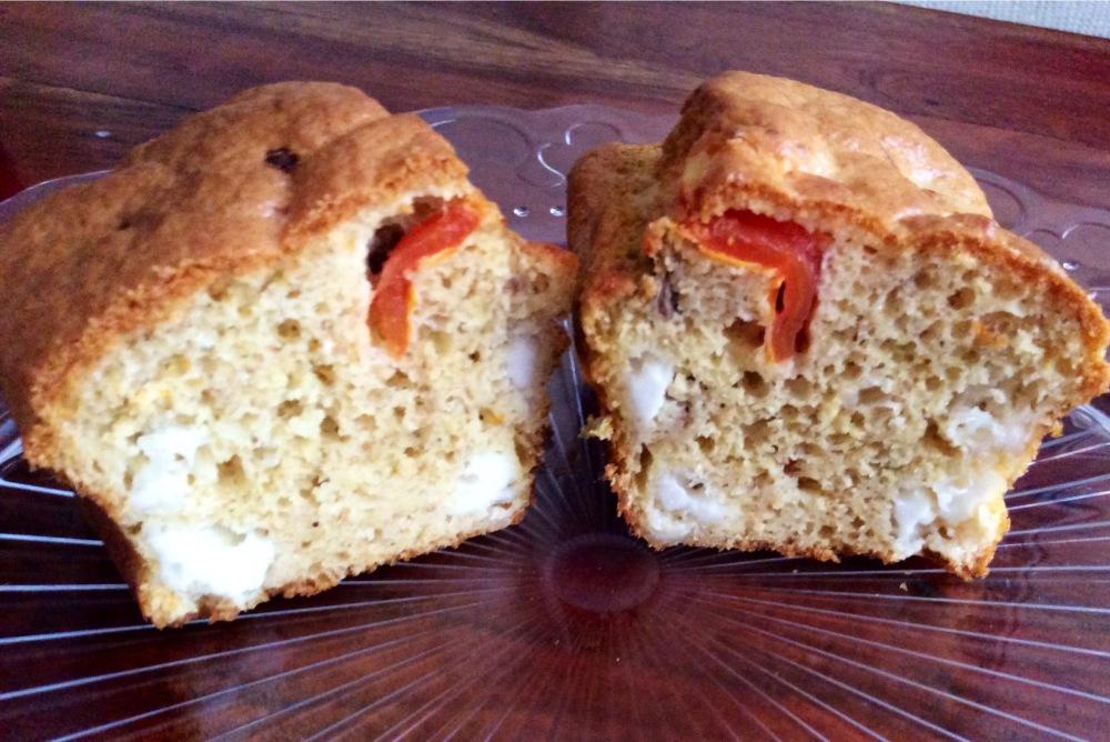Bizcocho de queso fresco de cabra, tomates cherry y anchoas